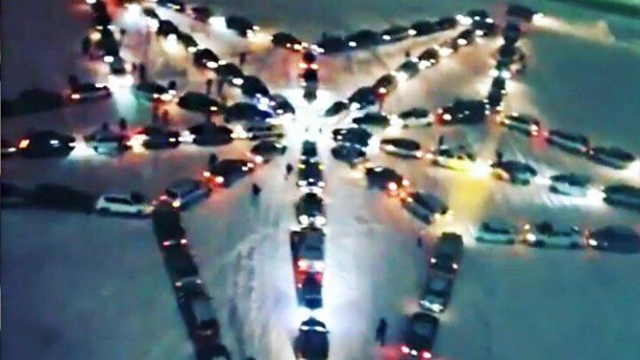 В Новочеркасске 130 автомобилей выстроились в форме звезды Победы