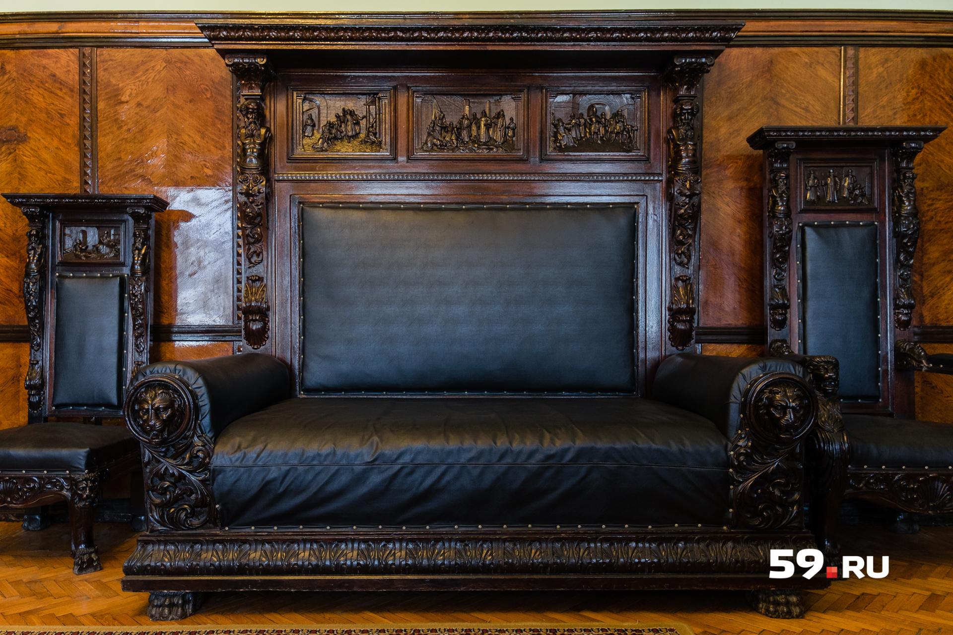Историки до сих пор не знают точной даты изготовления этой мебели