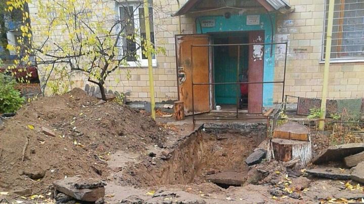 В Дзержинском районе коммунальщики выкопали жильцам дома «братскую могилу»