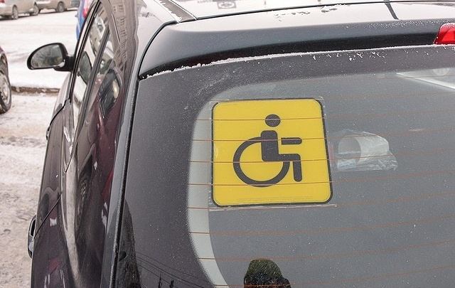 Машину челябинки с ограниченными возможностями эвакуировали с места для инвалидов