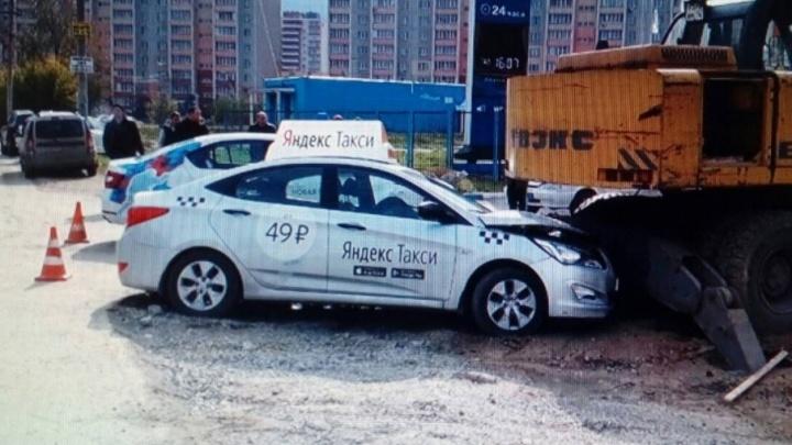 Таксист протаранил экскаватор в районе арены «Трактор»