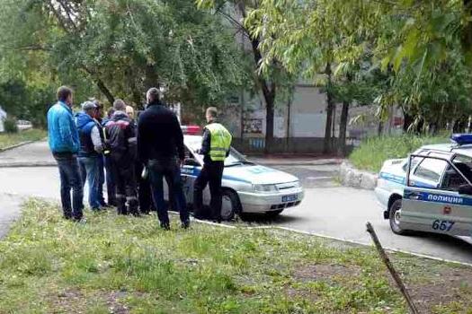 Пьяный челябинец на Ford разбил несколько машин во дворе на северо-западе