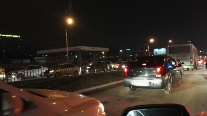 Теперь и в выходные: из-за «отремонтированного» моста на Малиновского вновь пробка
