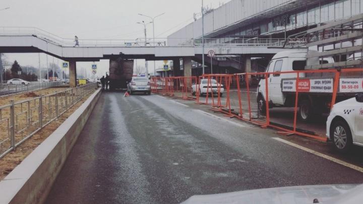 В центре Волгограда очередной грузовик застрял под переходом к Речному вокзалу