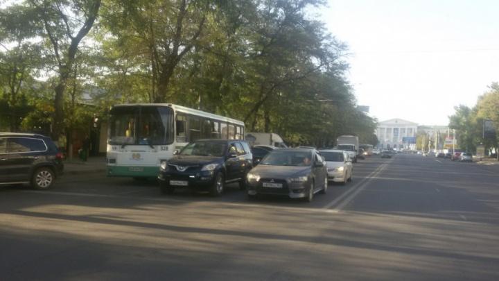 Автобус столкнулся с иномаркой на ЦГБ в Ростове
