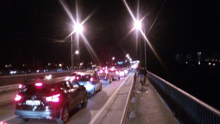 «Люди шли прямо по проезжей части»: фейерверк спровоцировал анархию на тюменских дорогах и пробки