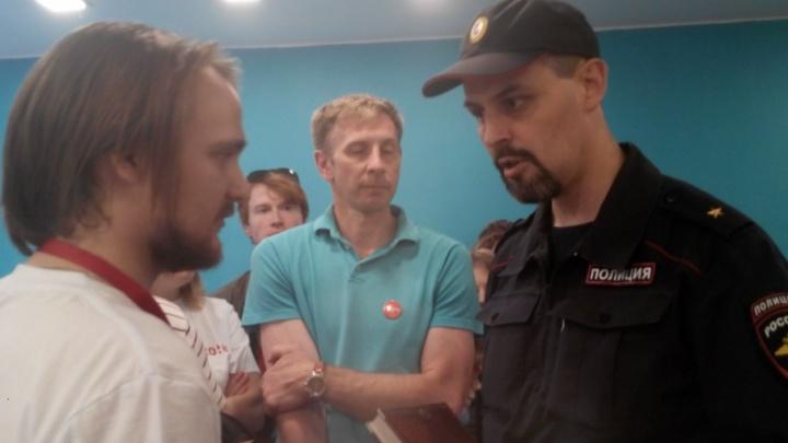Координатора архангельского штаба Навального увезли в отделение полиции