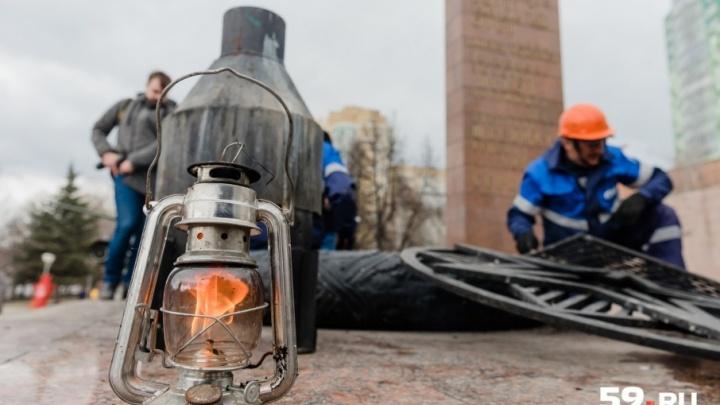 «Закидывают снегом и бросают ветки»: Вечный огонь в Перми очистили от гари и мусора