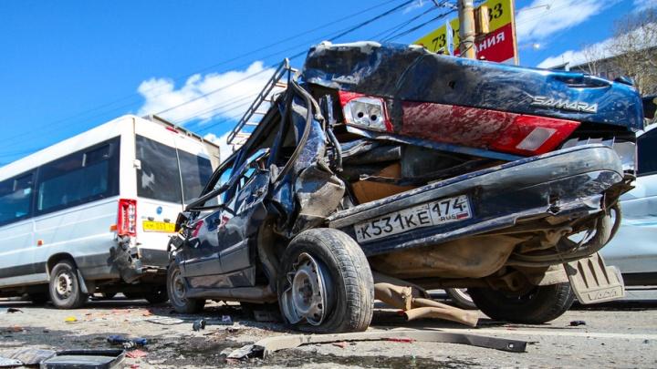 В массовой аварии в районе «Родника» перевернулась машина с ребёнком и бабушкой