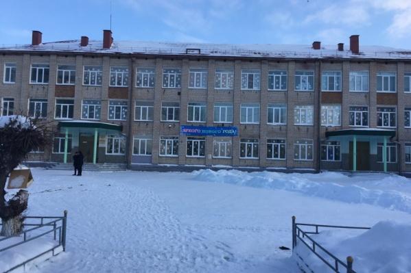 В школе дрожали стекла и непроизвольно открывались двери