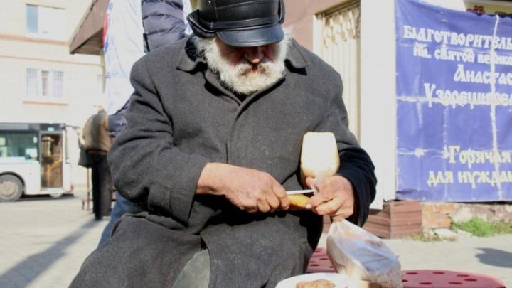 Куриные котлеты и перловая каша: в Ростове вновь начали кормить нищих и бездомных