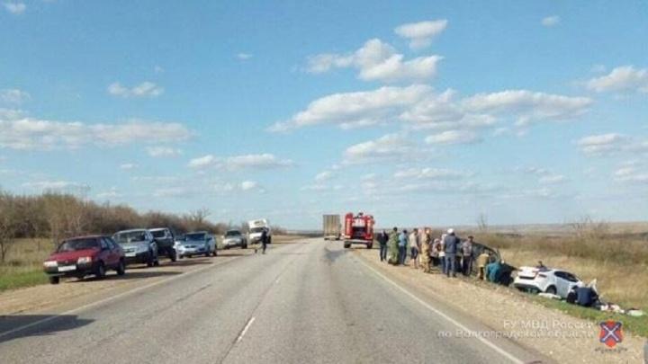 Из-за лихача на трассе под Волгоградом в лобовой аварии погибли два человека