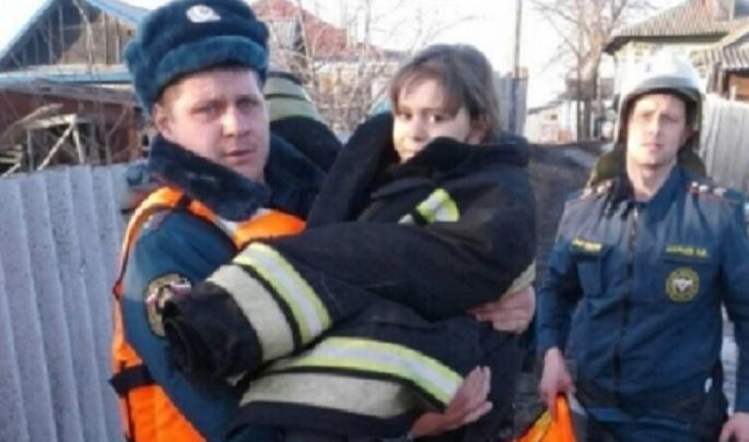 Волгоградские спасатели вырвали из полыньи тонущего ребенка