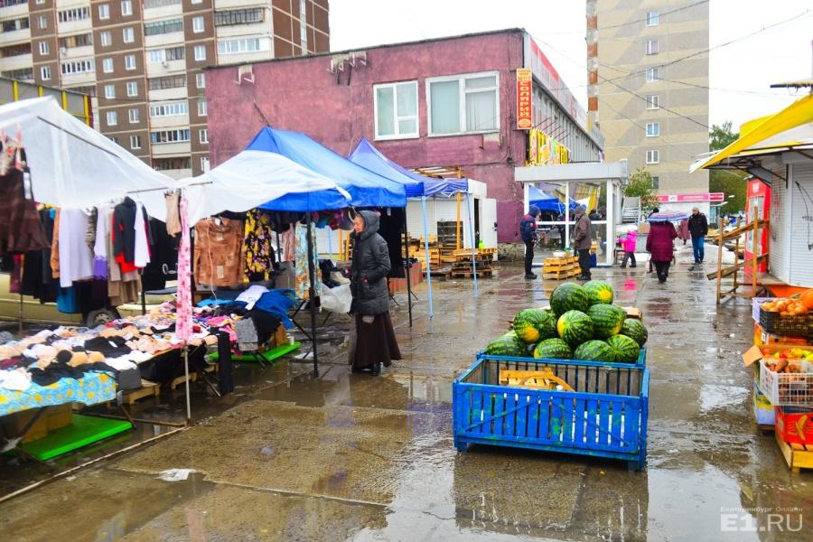 Часть рынка находится возле дома бытовых услуг.