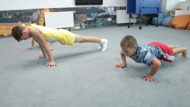 Самбист vs гимнаст: 74.ru устроил баттл по отжиманиям для семилетнего рекордсмена