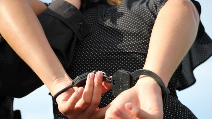 В Архангельске сотрудники ФСБ задержали девушку с двумя килограммами наркотиков