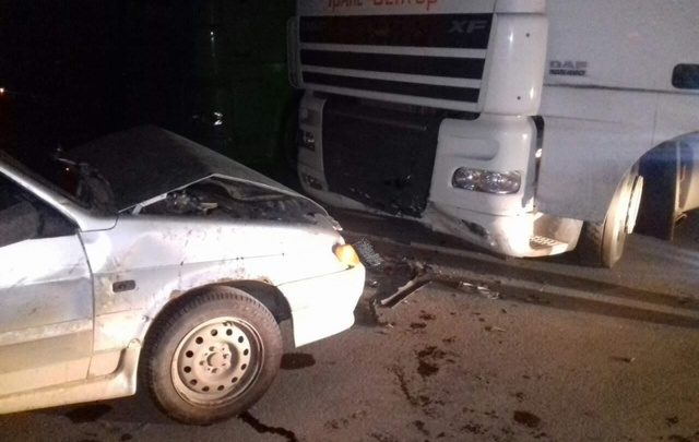 Под Самарой женщина за рулем «четырнадцатой» врезалась в припаркованный грузовик DAF