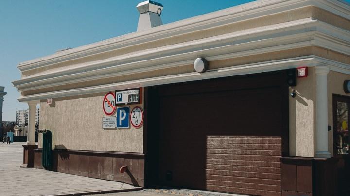 В первый рабочий день бесплатный паркинг у драмтеатра оказался закрытым