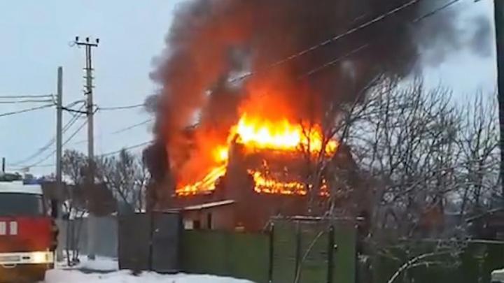 Три десятка пожарных тушили частный дом на северо-западе Челябинска