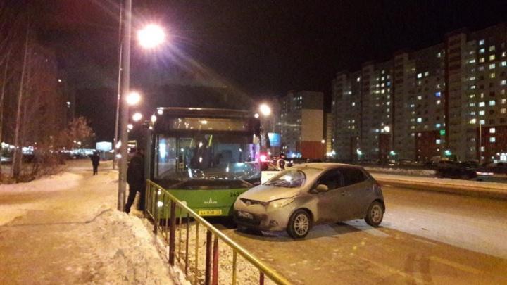 На Широтной легковушка врезалась в автобус, ехавший по выделенной полосе