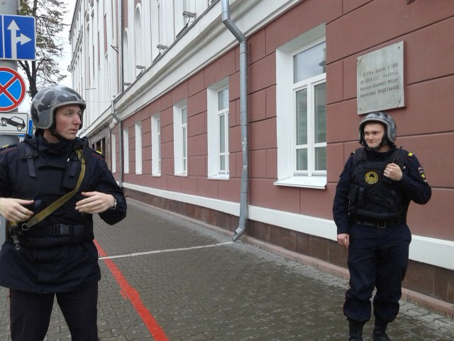 Полицейские не подпускают прохожих к зданиям
