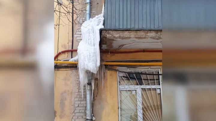 Госжилинспекция потребовала очистить крыши самарских домов от снега и наледи