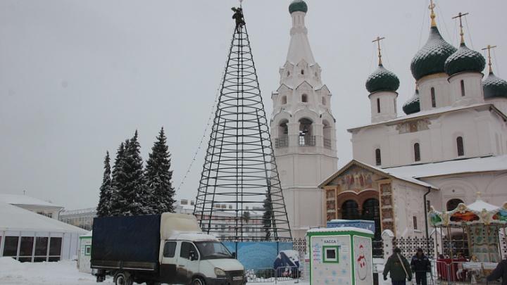 С Советской площади убрали главную елку Ярославля
