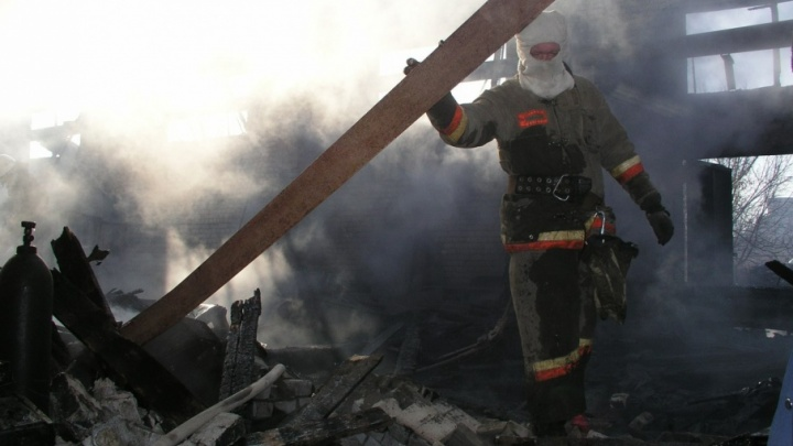 В Калаче-на-Дону сгорел склад с резиной, пострадал рабочий