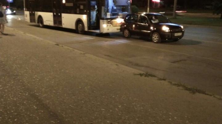В центре Волгограда столкнулись новый автобус и Ford Fusion