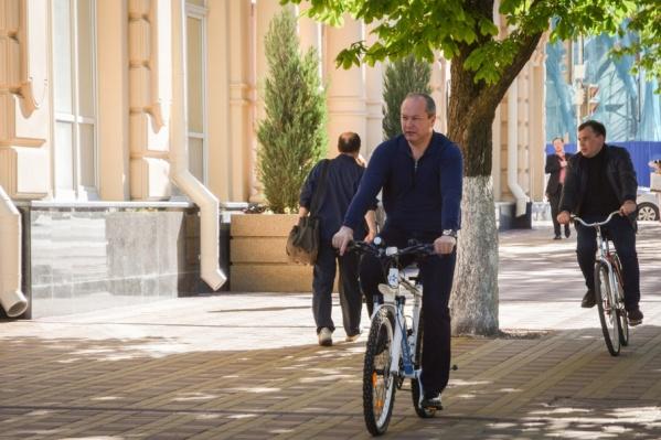 Виталий Кушнарев едет на работу на велосипеде
