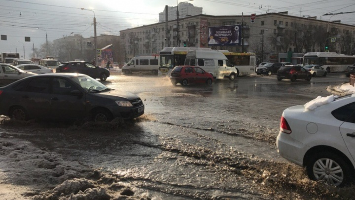 Снегопад и парад парализовали дороги Волгограда