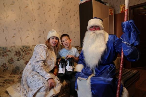 Под Новый год заводская елочка исполнила желания 22 детей