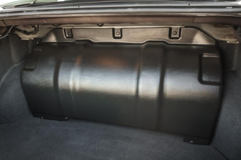 Размещение баллонов высокого давления – главная компоновочная проблема для машины с ГБО. Иногда их «внедряют» в автомобиль за счет уменьшения топливного бака, иногда – на место запасного колеса, но АВТОВАЗ решил занять «мертвый» объем багажника