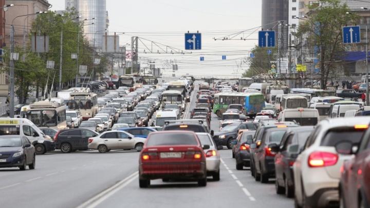 Центр Челябинска встал в огромную пробку из-за аварий на проспекте Ленина