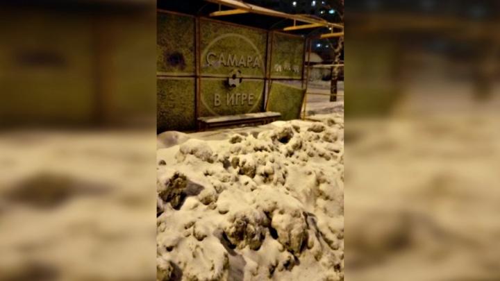 «Игра началась»: жители Самары пожаловались на заваленные снегом остановки