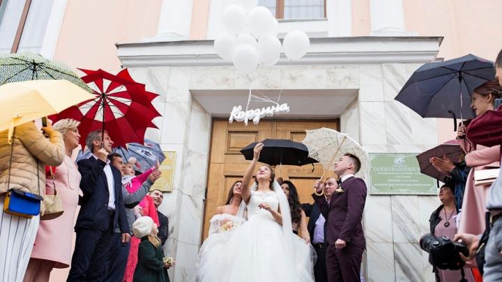Невесты под зонтом и женихи в синем: фоторепортаж из Дворца бракосочетания