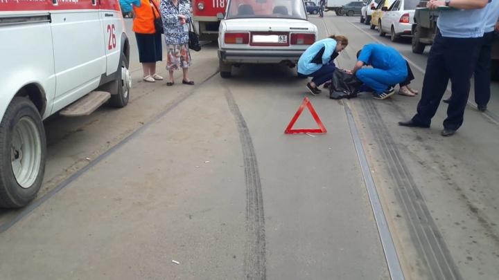 В Самаре напротив рынка «Норд» автомобиль ВАЗ-2105 сбил пенсионерку: пострадавшая в тяжелом состоянии
