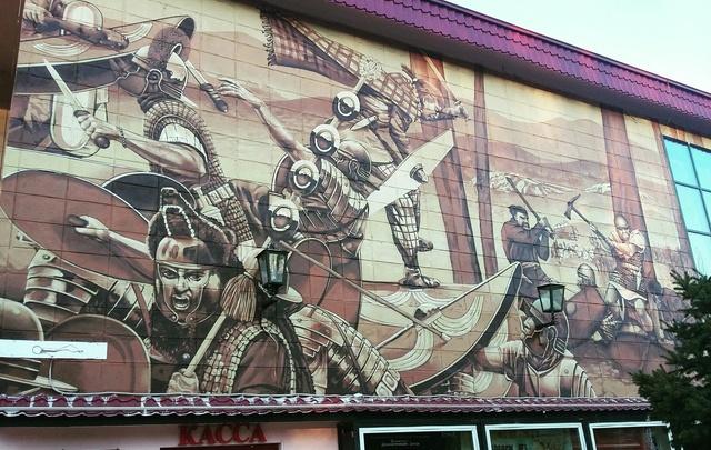 В Волжском фасад драмтеатра украсила битва римлян с варварами из Германии
