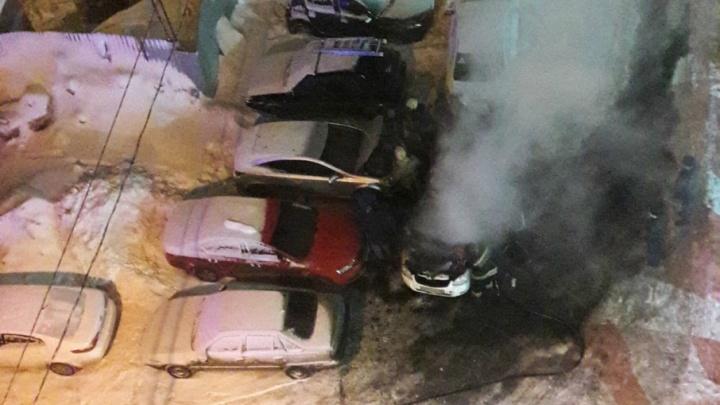 Появились фотографии с места происшествия: на улице Ставропольской автомобиль сгорел дотла