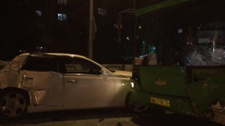 На Московском тракте автобус столкнулся с легковушкой