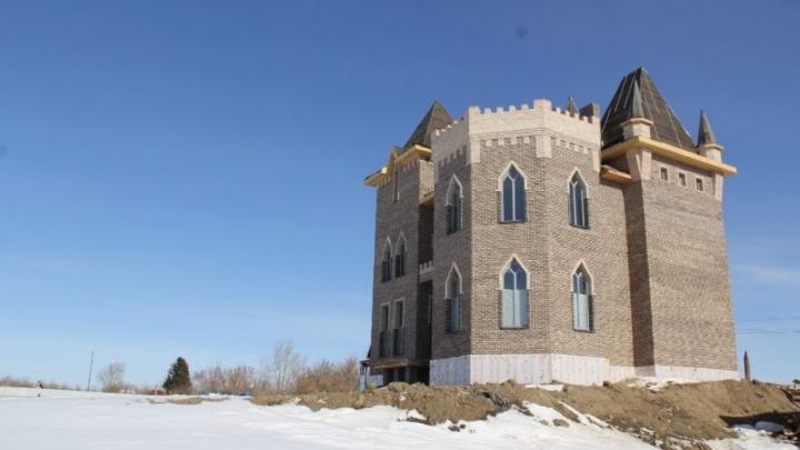 Тюменец продает недостроенный рыцарский замок с привидением за 40 миллионов рублей