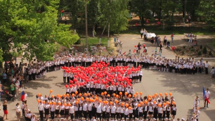 Флешмоб памяти: в Ростове дети выстроились в форме пятиконечной звезды