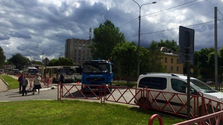 Мусоровоз парализовал движение на проспекте Фрунзе в Ярославле
