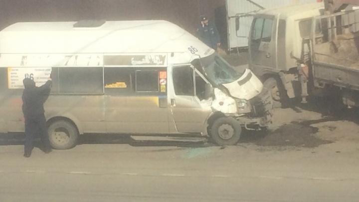 «Маму с ребёнком увезла скорая»: в Челябинске маршрутка столкнулась с грузовиком