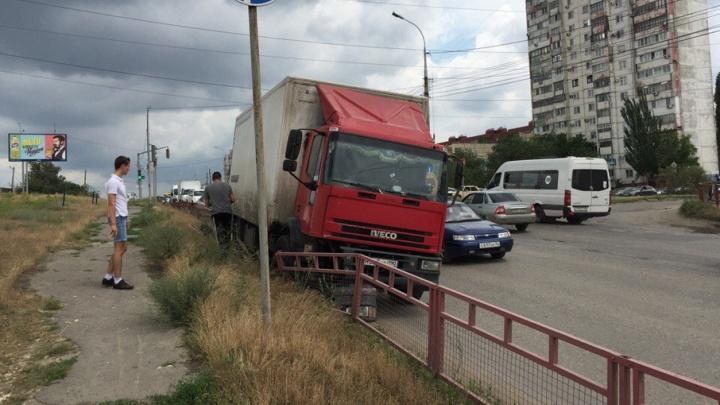 В Волгограде у московской фуры внезапно отказали тормоза