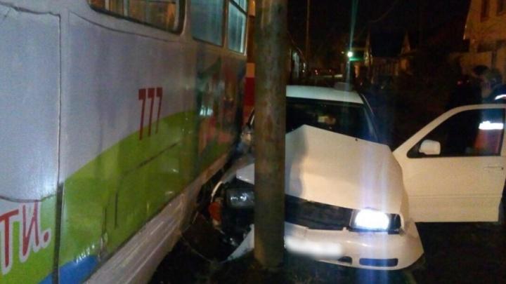 В Самаре встало движение транспорта: трамвай протащил автомобиль по Промышленности