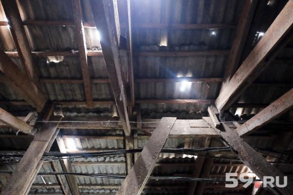 Жильцы должны решить, что ремонтировать — крышу или трубы