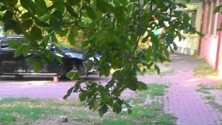 В Ростове на Малюгиной злоумышленники сняли колеса с Toyota