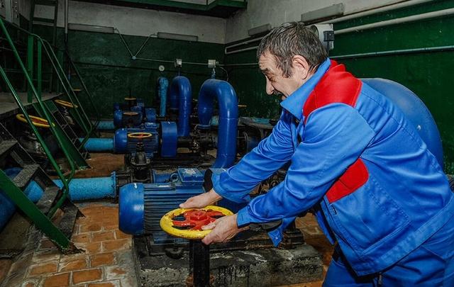 Коммунальщики восстанавливают просевший после дождя грунт на Суворова