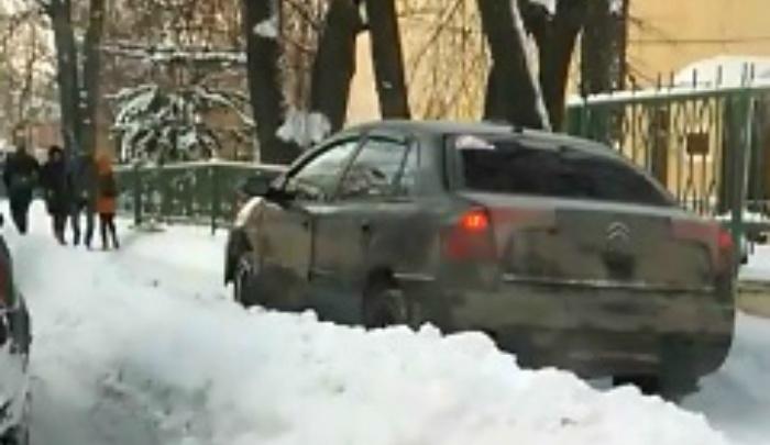«Едет прямо по людям»: в интернете обсуждают видео, где «Ситроен» ездит по тротуару